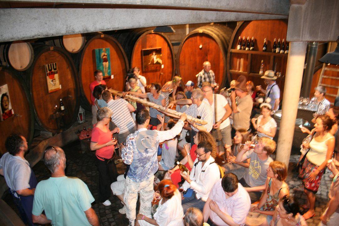 Im runden Weinkeller, Vernissagen miterleben